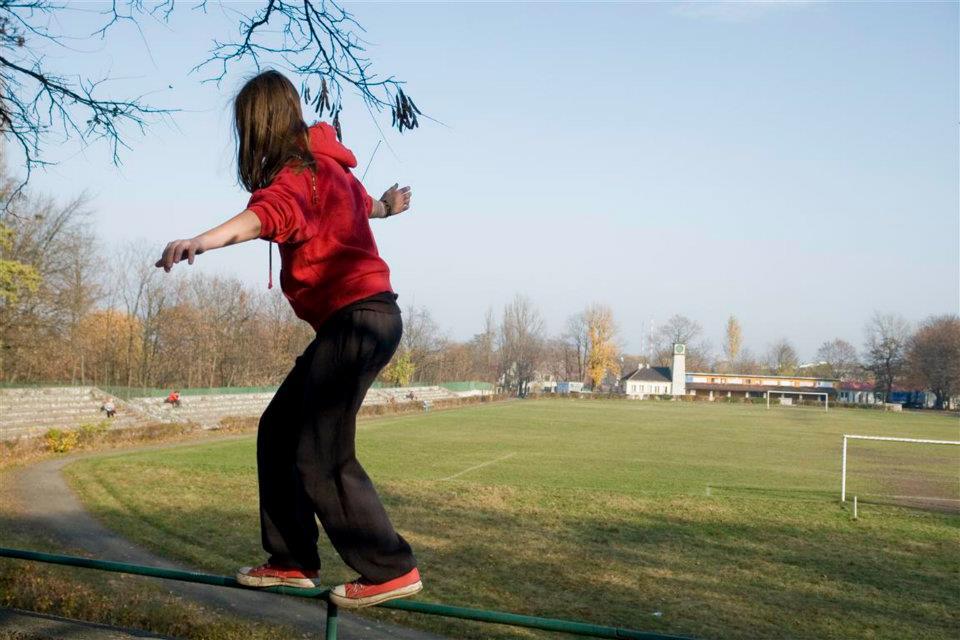 Kobieta trenująca parkour