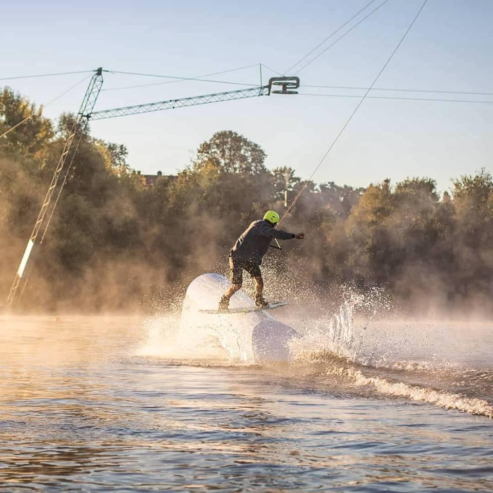 Rider na przeszkodzie wakeboardowej od wakepro
